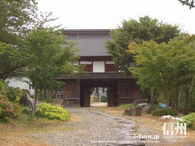 弓道場側から見た飯山城門
