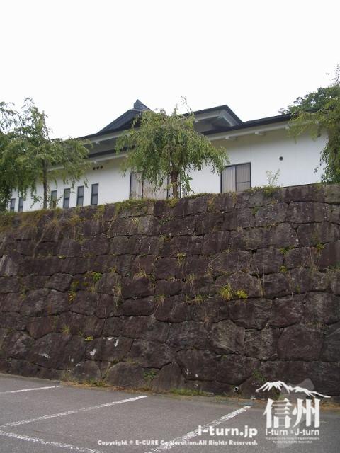 駐車場からの弓道場の石垣