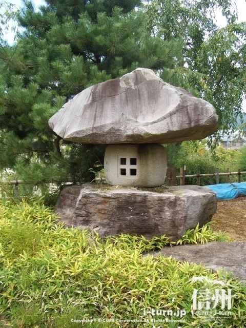 飯山城門横の存在感のある石塔