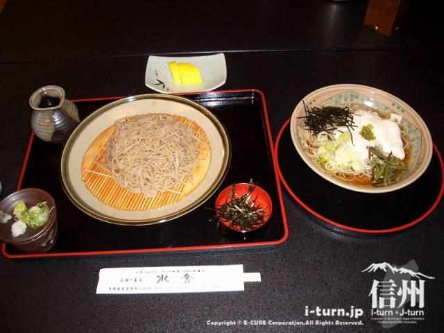 山形村唐沢そば集落「水舎」粗びき蕎麦(並盛)950円、右が山かけそば850円