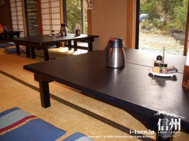 山形村唐沢そば集落「水舎」大広間の店内、宴会もできます
