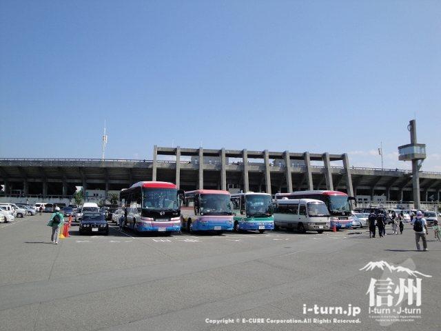 野球場から見た駐車場と長野市営陸上競技場