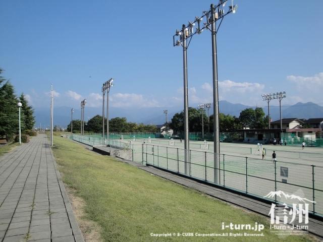 少し高台から見たテニスコート