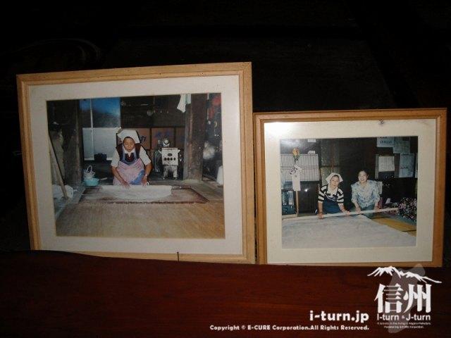 とみくら食堂おばさんのそば打ちの写真が部屋の入り口に飾ってありました