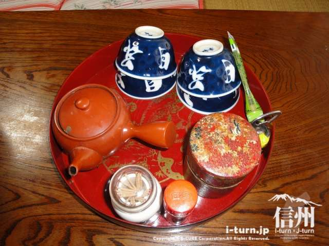とみくら食堂の各テーブルは自分でお茶が飲めるようになっていました