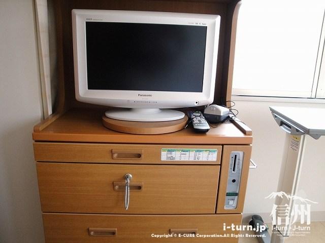 藤森病院 ベッド横のテレビと棚