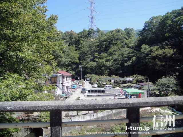 大明神釣堀センター 橋から見た施設