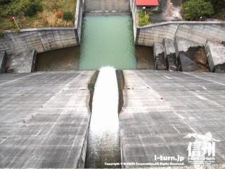 箕輪ダムの放流口を真上から