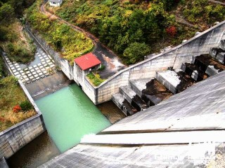 箕輪ダムの放流口