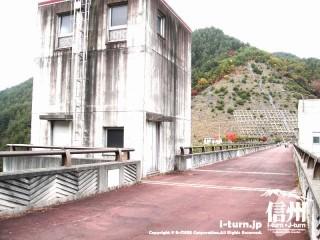 箕輪ダムの橋となっている部分