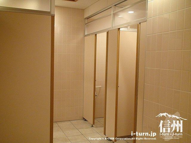 夜のあづみの公園のトイレ できたばかりの綺麗なトイレ