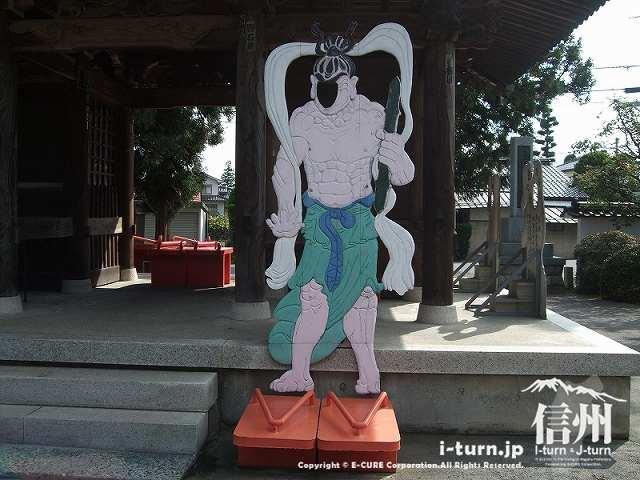東光寺 仁王さまになりきって記念写真を