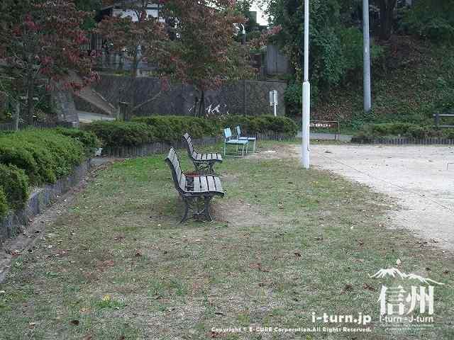 乳房イチョウ公園のベンチ