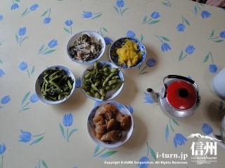 山菜やお漬物5種類、お茶も一緒