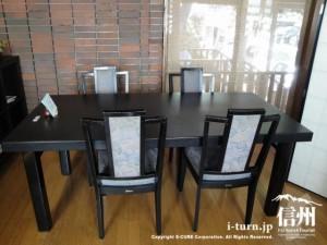 店内のテーブル席は黒で統一