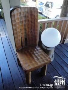 玄関にある削り出し木製椅子