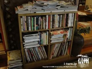 本棚には漫画や書籍が盛りだくさん