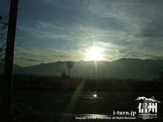太陽が山の陰に沈んでいきます