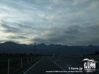 太陽が沈むと急に暗くなる通学路