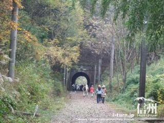 旧国鉄篠ノ井線廃線敷 漆久保トンネルには人がいっぱい