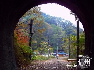 旧国鉄篠ノ井線廃線敷 漆久保トンネルを抜ける・・・