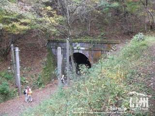 旧国鉄篠ノ井線廃線敷 漆久保トンネルを上から