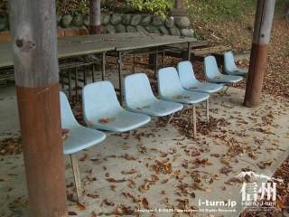 旧国鉄篠ノ井線廃線敷 駅にありそうなイス