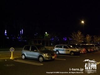 イルミネーションが見える夜の駐車場