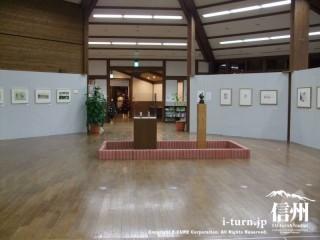多目的ホールでは安曇野に点在する各美術館の美術作品展示