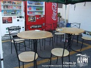 彩香 店舗前に臨時に用意されたテーブルとイス