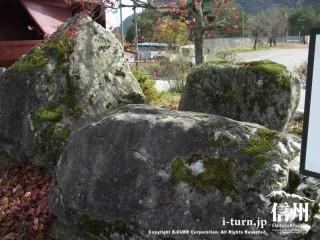 高瀬ダムに使われている岩石と同じものが庭に展示されている