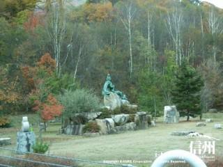 高瀬渓谷緑地公園の竜に乗った泉小太郎の像