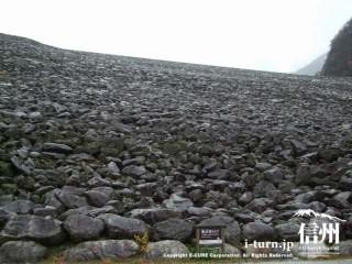 岩石や砂利を積み上げてできている