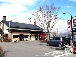 煙突2本の建物、駐車場にはケヤキの木