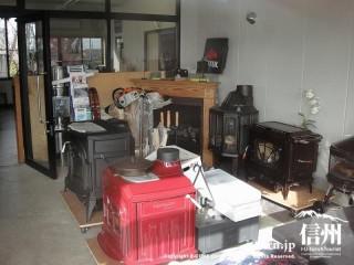 薪ストーブ店内の風景、赤いストーブもある
