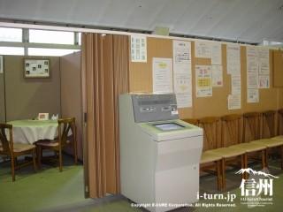 医療介護相談窓口入口があり手前に再診受付機が取り付けられています。