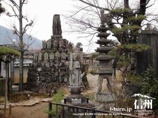 長寿観音の後ろには、何体もの石仏が高く積まれています
