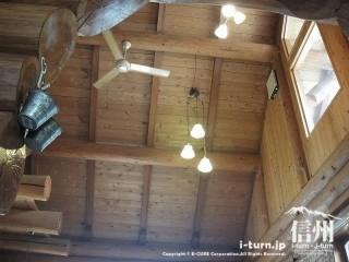 高い吹き抜けの天井