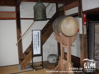 鐘と太鼓とその後には階段