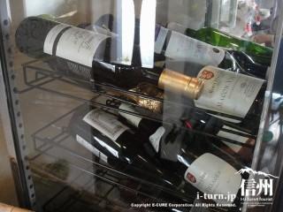冷蔵庫で冷やされているワイン