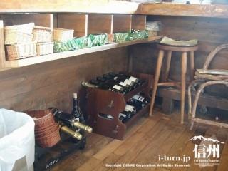 カウンター席の脇に置いてあるワイン