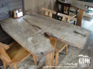 変わった形の木製テーブル