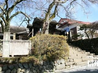 道路から見た進徳館、階段と門が見える