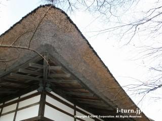 茅葺き屋根の断面が見える