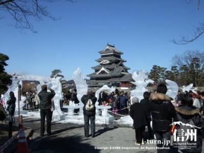 氷の彫刻を観賞する人々