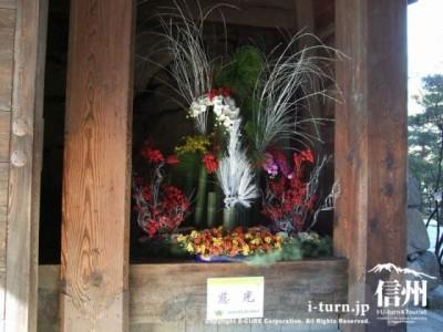 門の中に立派な生け花