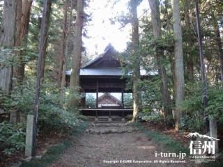 少し坂になりますが、神楽殿が中央その周りには杉木立