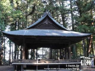 杉木立の中に神楽殿