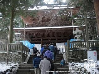 階段の先には大きな門