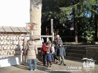 一番大きい柱秋宮一の御柱も記念写真で人気